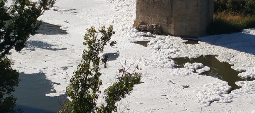 El río Tajo sucio a su paso por la ciudad de Toledo