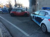 Huye de la Policía Local de Toledo a gran velocidad y se empotra en la Puerta de Bisagra