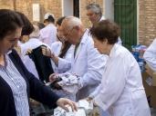 """Cipriano y los """"batas blancas"""" vuelven a poner su granito de arena con la gente que lo necesita repartiendo ropa y alimentos"""