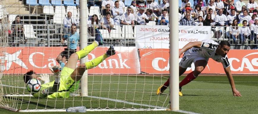 El Albacete, marcando en el campo del Almería