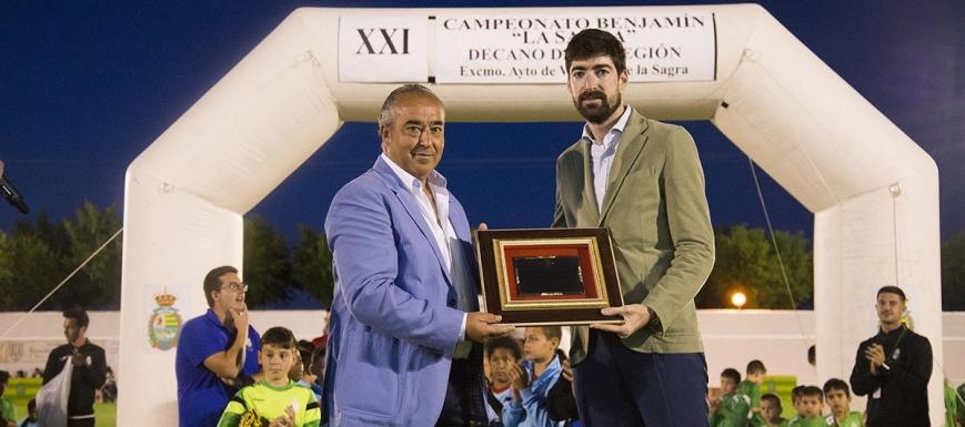 Javier Arizmendi, con el alcalde de Villaseca, Jesús Hijosa