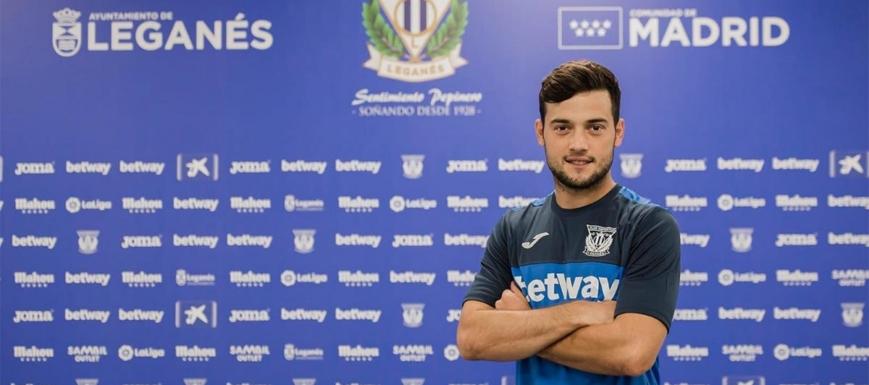 Arnaiz posa orgullosoamente tras firmar por el Leganés