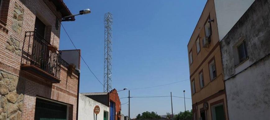 Como se ve, la antena está muy cerca de las casas