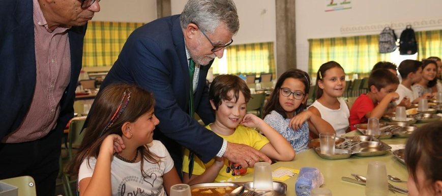 Felpeto, en una ayuda de comedor en el colegio Europa