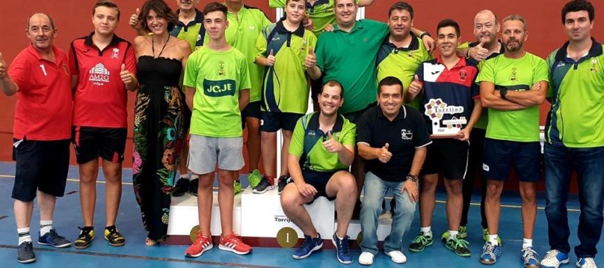 Foto de grupo del torneo de tenis de mesa en Torrijos
