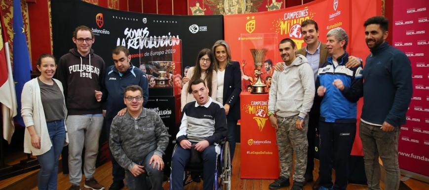 Miembros de Apace Toledo, con la alcaldesa, el concejal y la Copa del Mundo y el Eurobasket